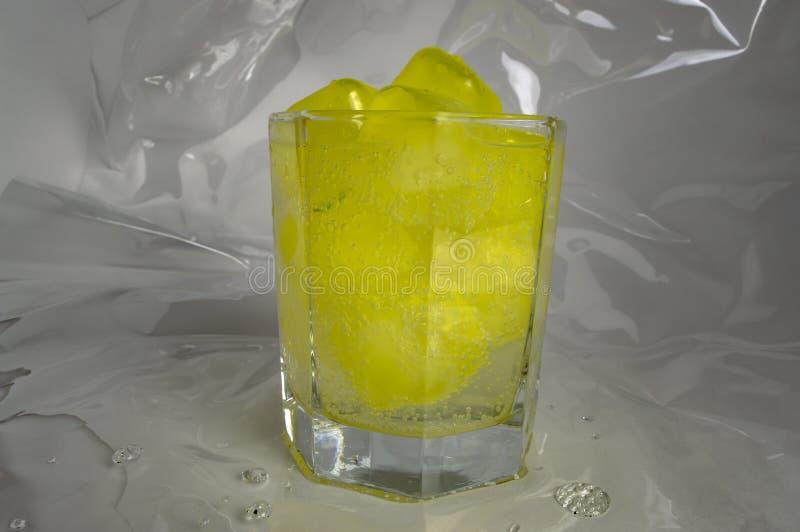 Glaçons en plastique congelés dans un verre, cocktail, plan rapproché photo libre de droits
