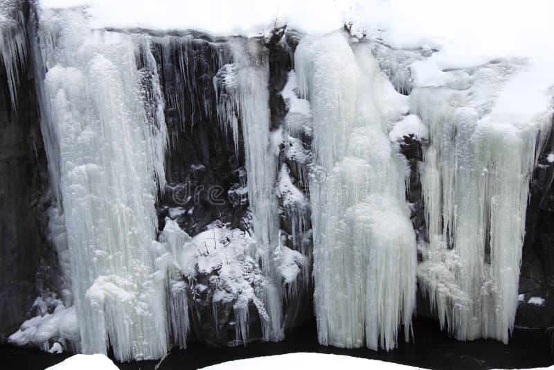 Glaçons et neige congelée dans une roche horizontale images stock