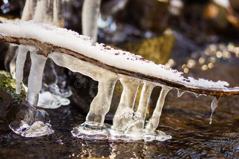 Glaçons sur la rivière d'hiver image stock