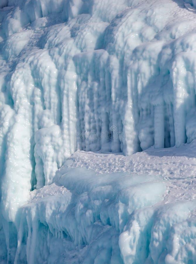 Glaçons sur le mur de glace photo libre de droits