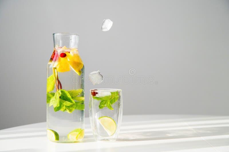 Glaçons tombant dans le verre avec la boisson photos libres de droits