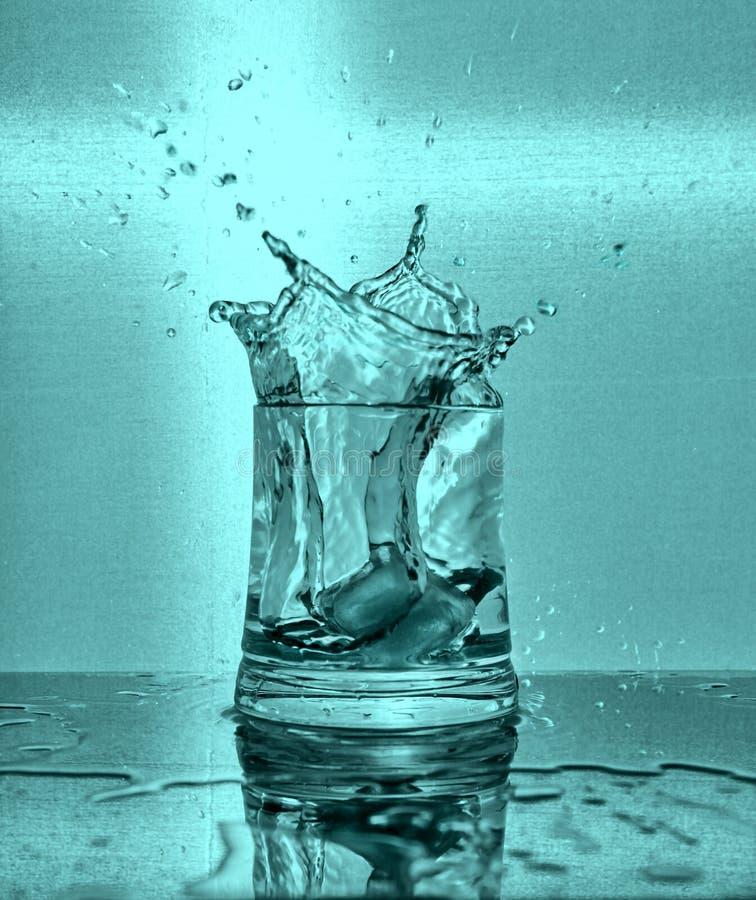 Gla?ons ?claboussant dans la glace de l'eau images libres de droits