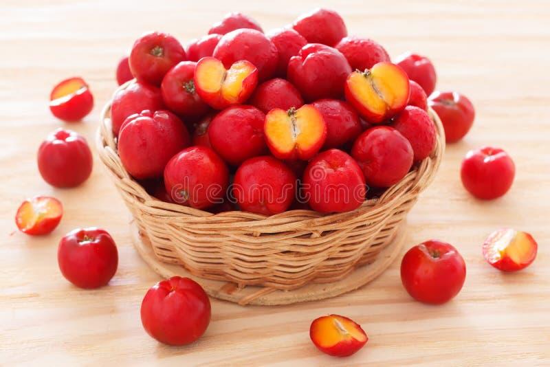 Glabra de malpighie (acerola rouge), fruit tropical dans le busket en osier photographie stock libre de droits