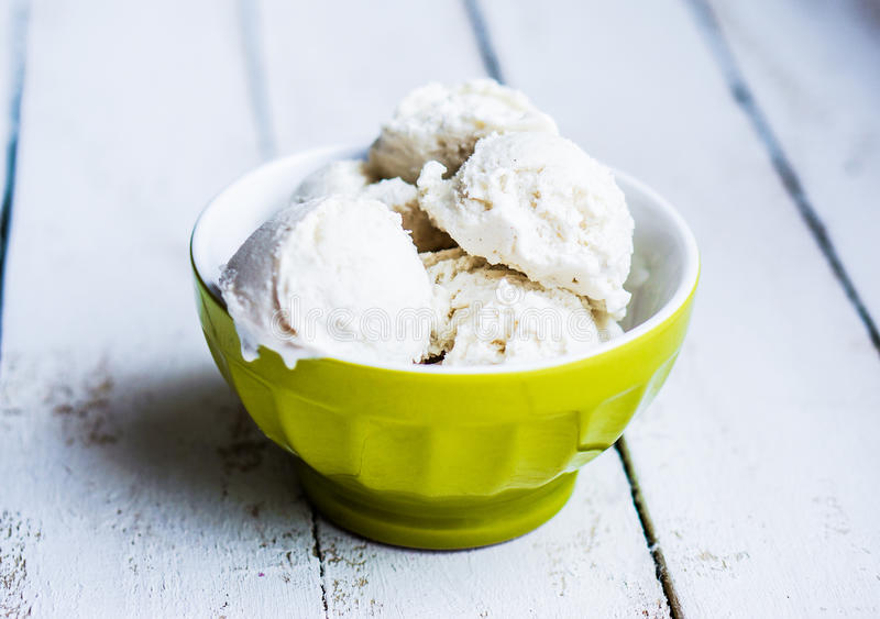 Glace à la vanille sur le fond blanc photographie stock libre de droits