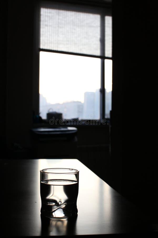 Glace avec de l'eau sur la table photo stock