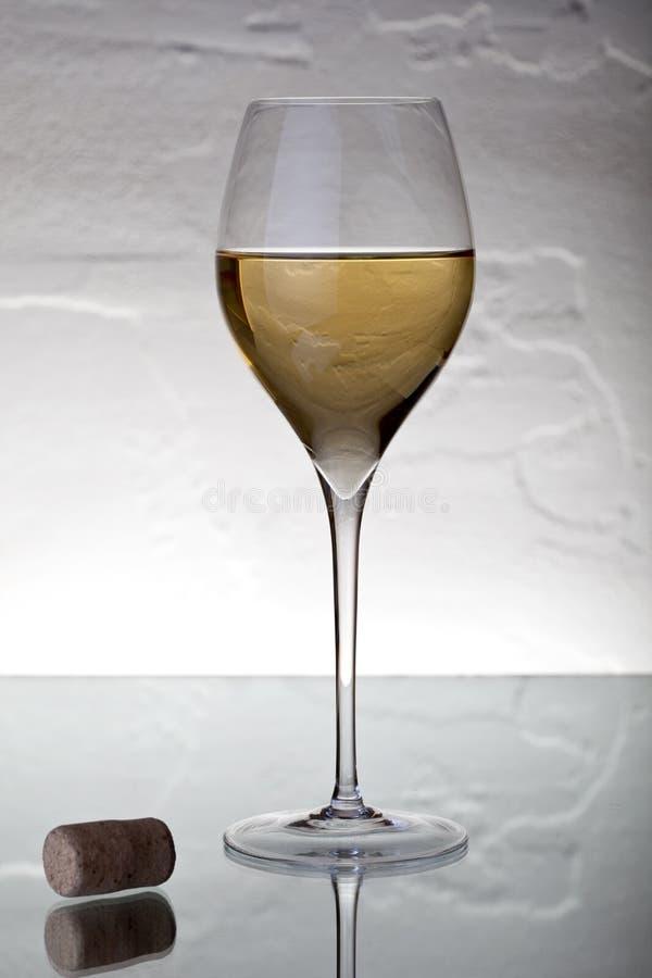 Glace avec du vin blanc photographie stock