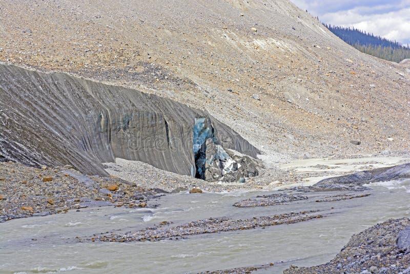 Glace bleue sur un visage de glacier images libres de droits
