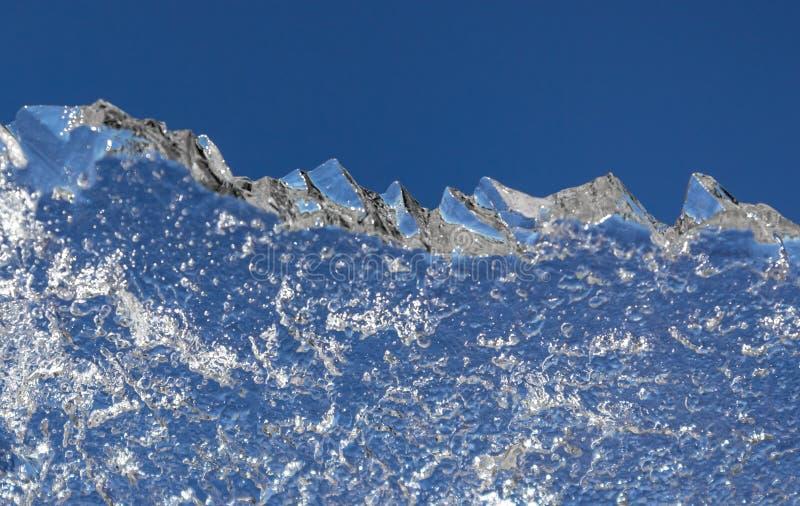 Glace contre le ciel bleu Cha?ne de montagne Un paysage d'hiver Une structure de l'eau congel?e Fond naturel abstrait photos stock