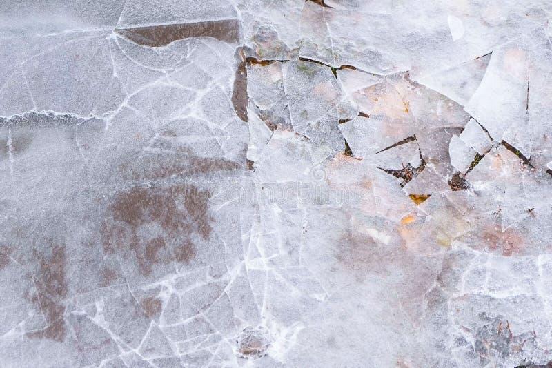 Glace criquée sur le magma de l'eau congelée en hiver photo stock