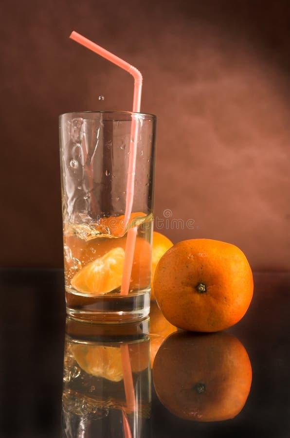 Glace d'une boisson avec une mandarine photo stock
