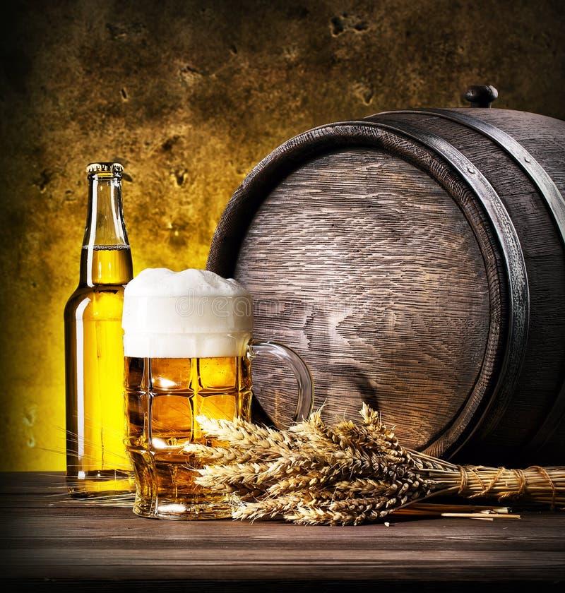 Download Glace De Bière Blonde Avec De La Mousse Photo stock - Image du barillet, glace: 77155546
