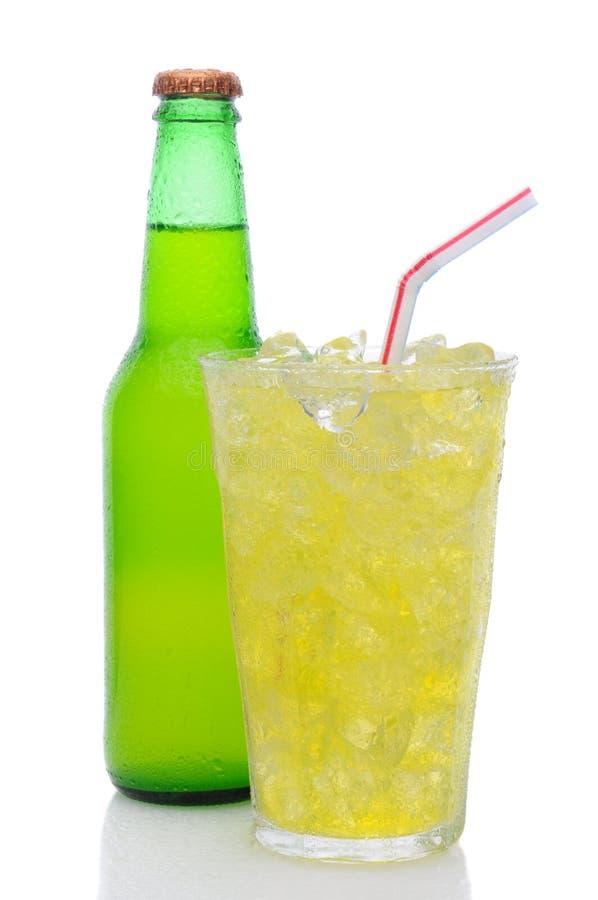 Glace de bicarbonate de soude de limette de citron avec la paille à boire image libre de droits
