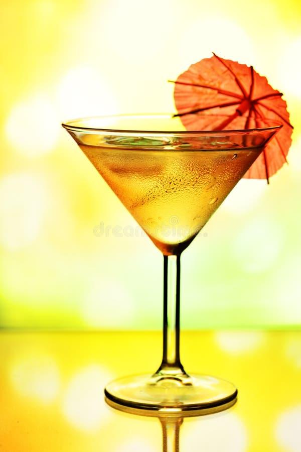 Glace de cocktail avec le parapluie images libres de droits