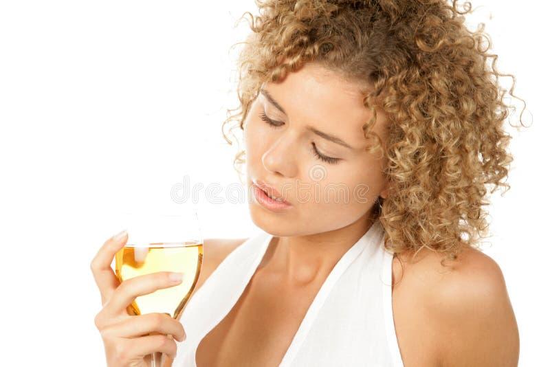 Glace de fixation de femme de vin blanc photos stock