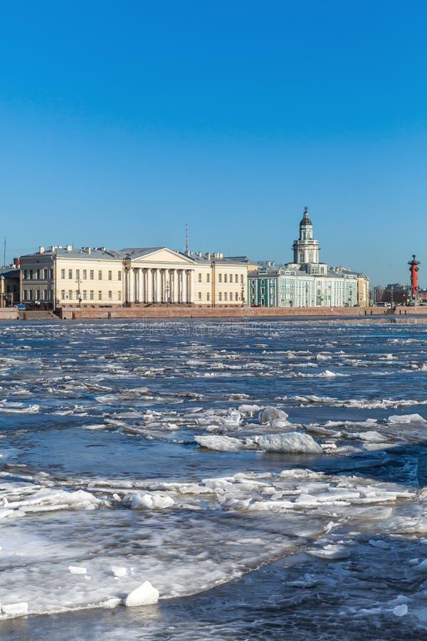 Glace de flottement sur la rivière de Neva à St Petersburg, Russie photos stock