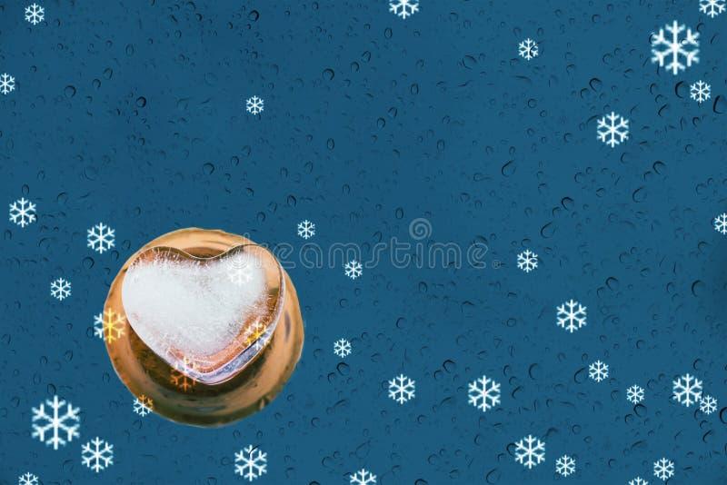 Glace de forme de coeur et baisse ou pluie de l'eau sur le miroir et la neige b bleu image stock