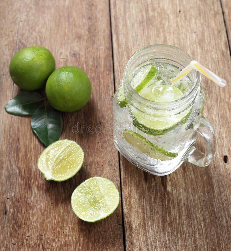 Glace de jus de citron et citrons frais images libres de droits