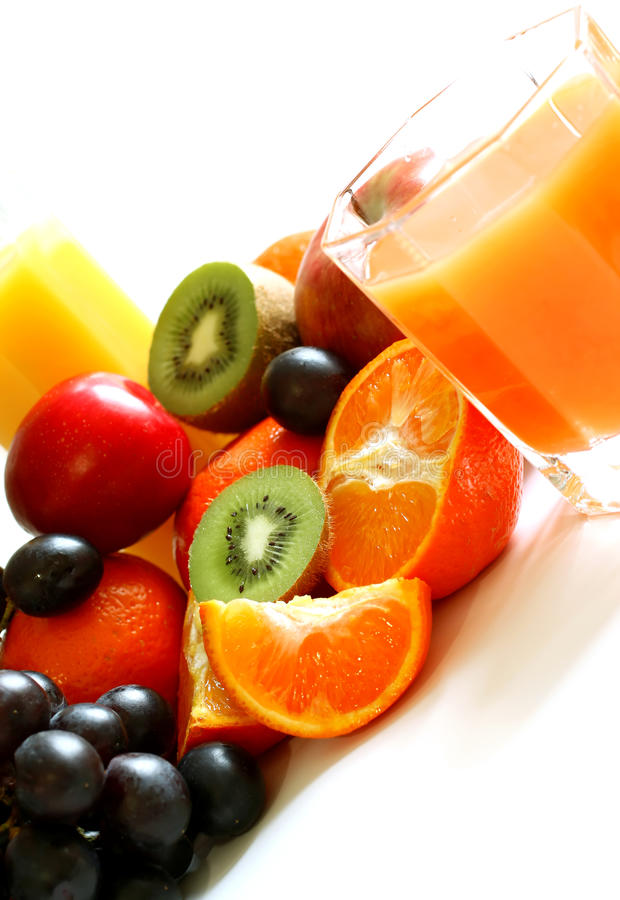 Glace de jus et de fruit frais d'isolement sur le blanc photos stock