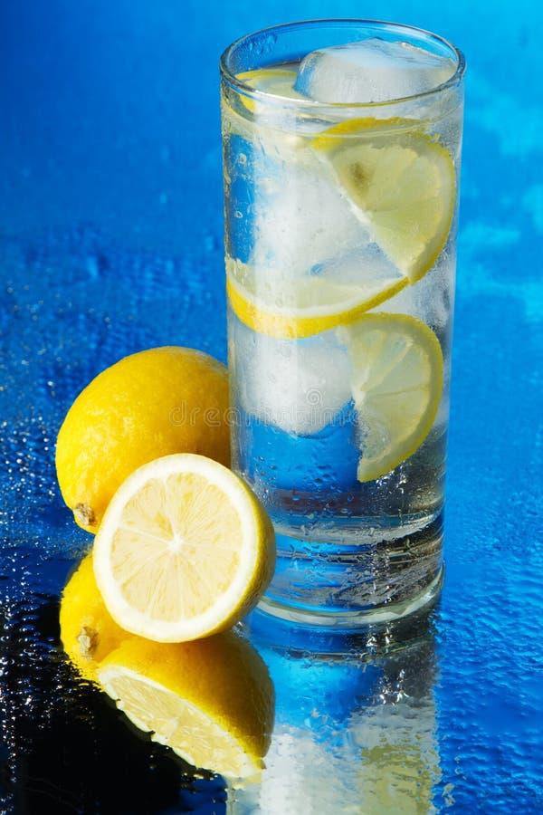 Glace de l'eau de glace de citron sur le fond bleu photo libre de droits