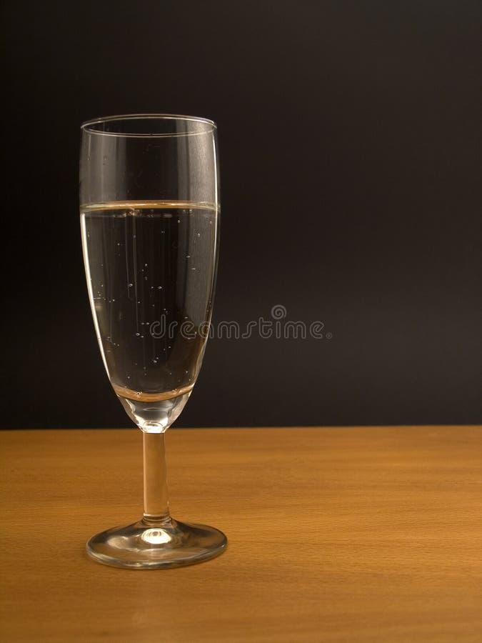 Glace de l'eau minérale sur le dessus de table photo libre de droits