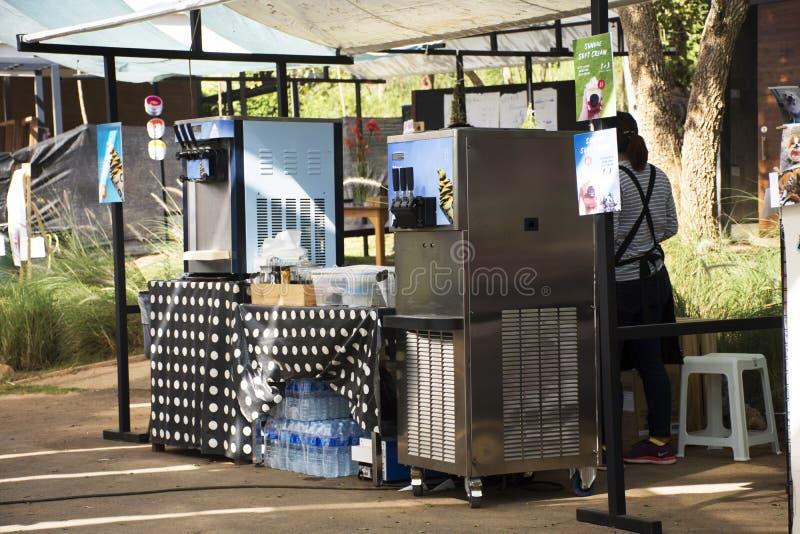 Glace de vente de personnes thaïlandaises faite à partir de la machine de crème glacée pour des voyageurs photos libres de droits