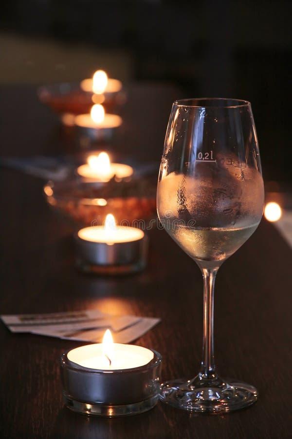 Glace de vin dans le bar image stock
