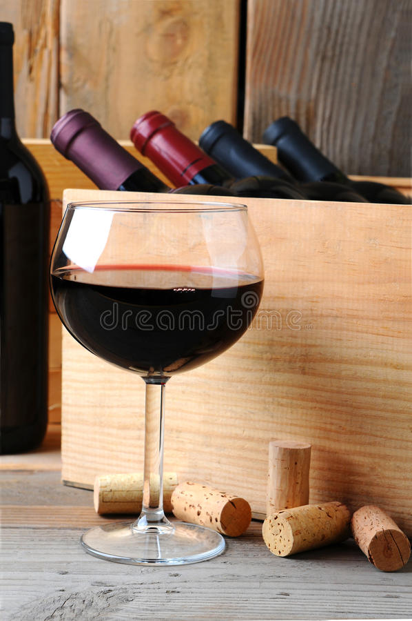 Glace de vin devant le cas en bois photo stock