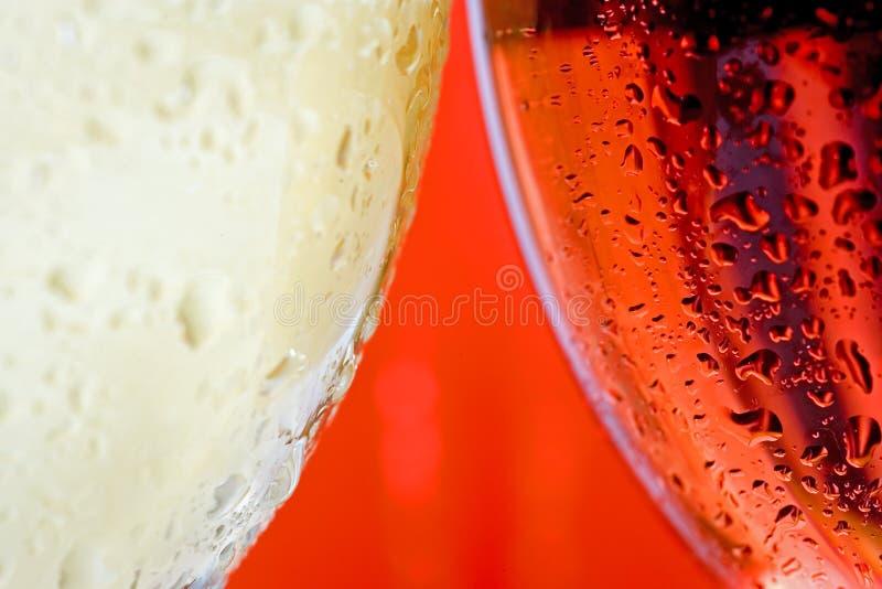 Glace de vin haute proche d'instruction-macro et blanc et vin rouge ou rosé images stock