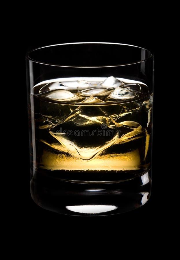 Glace de whiskey sur un fond noir photographie stock