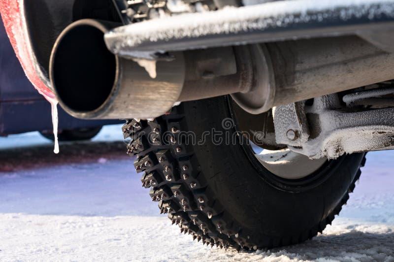 Glace-emballage du pneu avec des transitoires en métal photographie stock