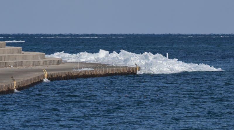 Glace empilée le long de Montrose Harbor Seawall Walk photo libre de droits