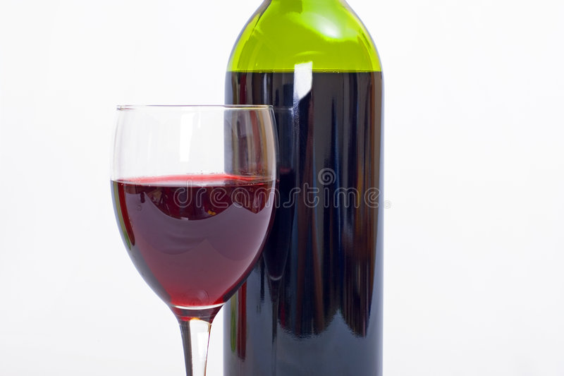 Glace et bouteille de vin rouge avec le fond blanc photographie stock