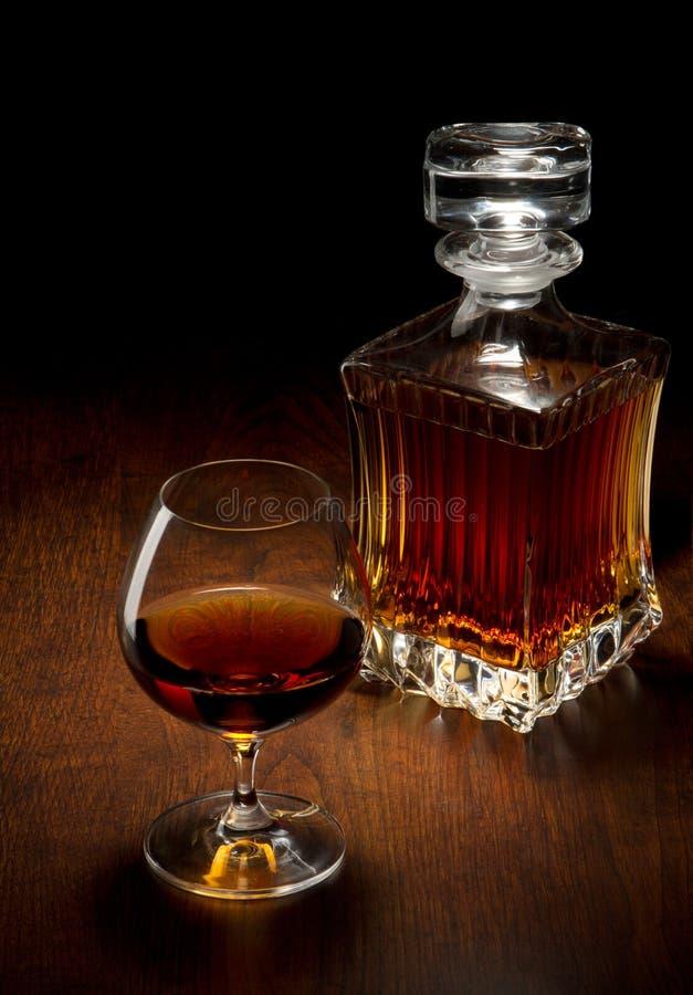Glace et bouteille sur une table en bois photo stock