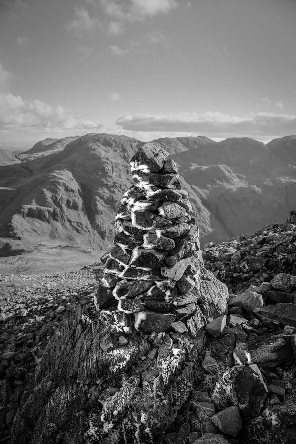 Glace et Frost sur un cairn photos stock