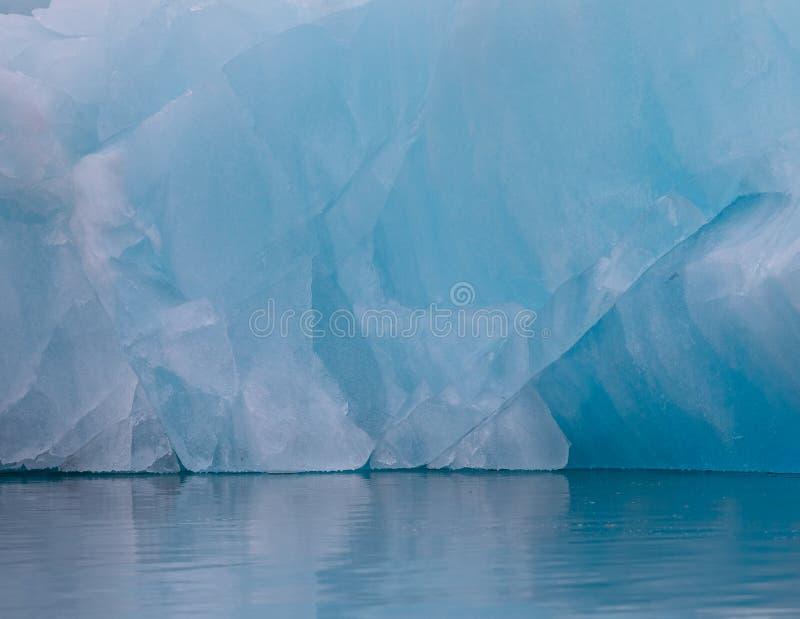 Glace et l'eau bleues Détail d'un iceberg dans l'océan arctique chez le Svalbard, Norvège Août 2017 photo libre de droits