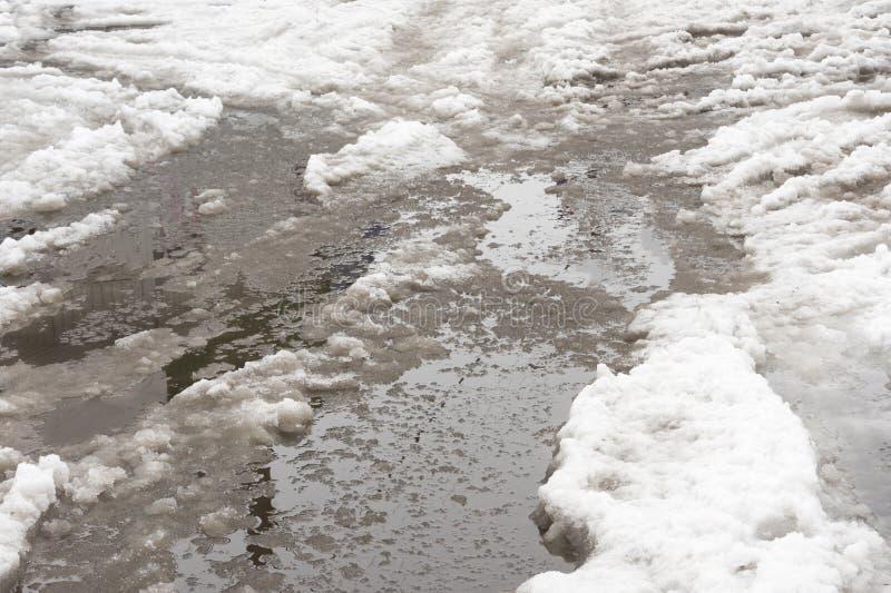 Glace et neige en ressort de magmas Dégel après l'hiver dans la ville images stock
