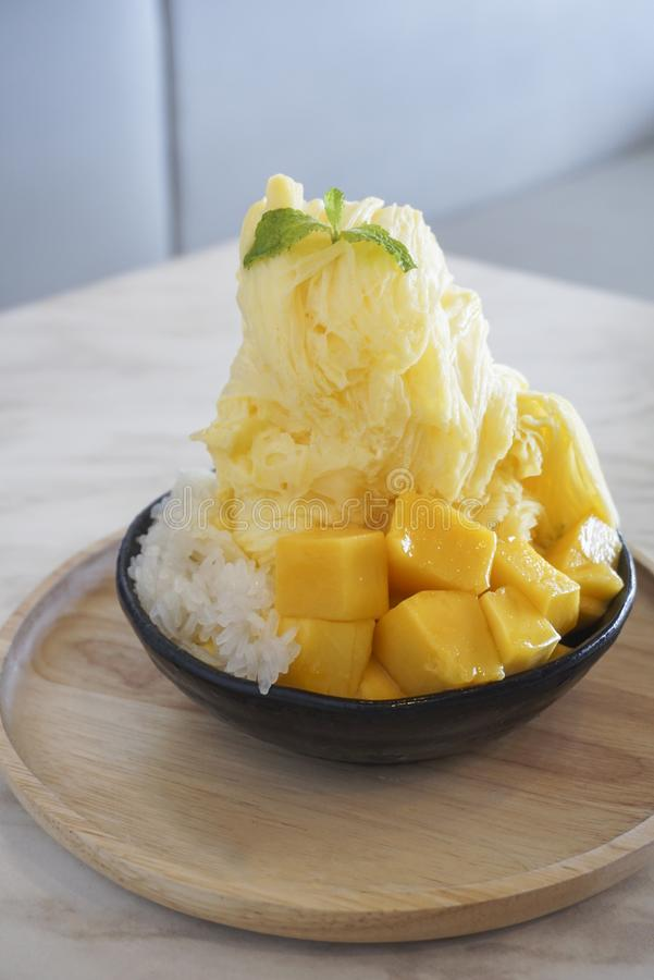 Glace rasée par mangue avec du riz collant de mangue image libre de droits