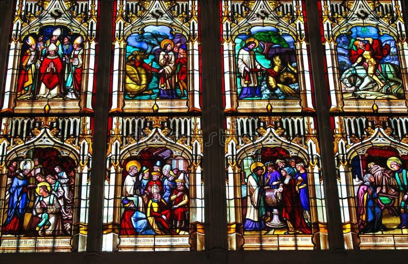 Glace souillée dans la cathédrale à Bayeux photographie stock libre de droits
