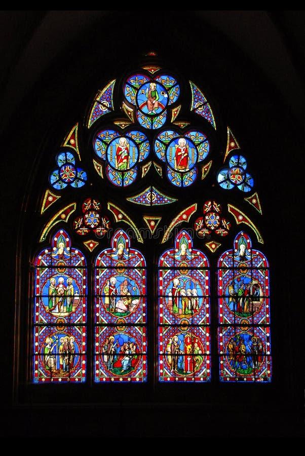 Glace souillée de cathédrale de Chartres en France photos stock