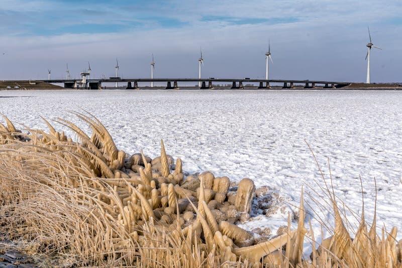 Glace sous le pont avec un bon gel photographie stock