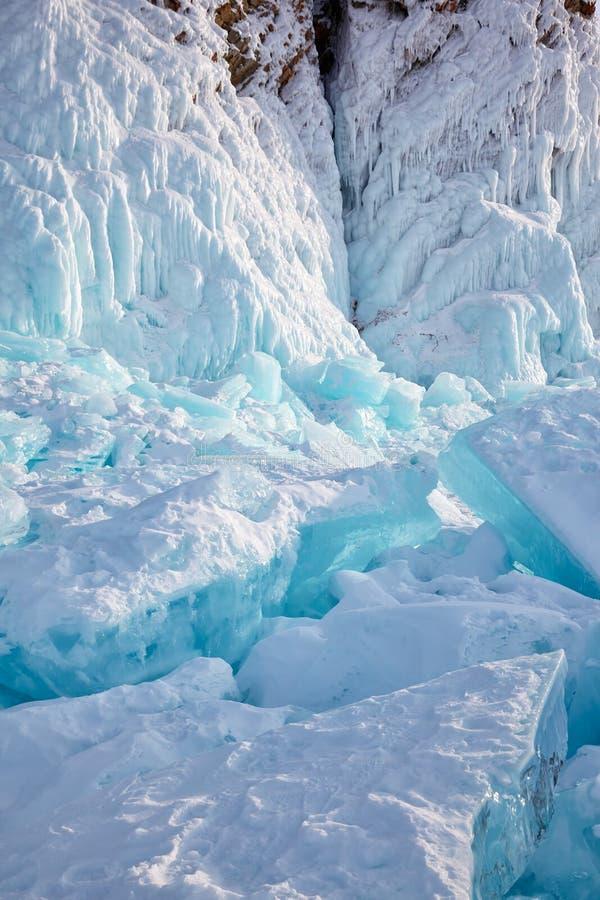 Glace sur le cap de Hoboi sur le lac Baikal images stock