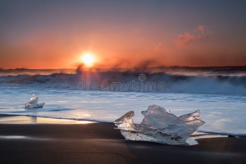 Glace sur une plage noire de sable en Islande image stock