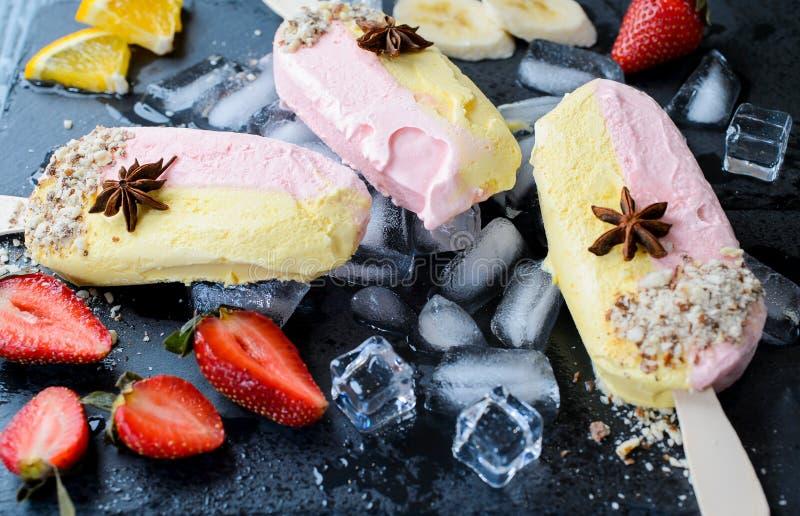 Glaces à l'eau de banane et de fraise images stock