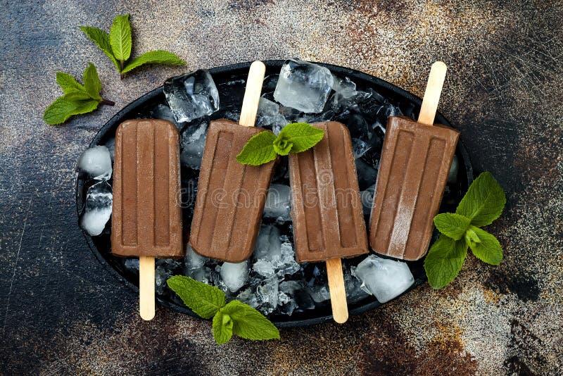 Glaces à l'eau de fondant de menthe de chocolat de banane de Vegan La glace gratuite de laiterie crémeuse faite maison saute, nic photos stock