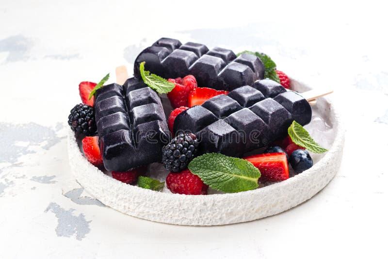 Glaces à l'eau noires à la mode de crème glacée de charbon de bois photographie stock