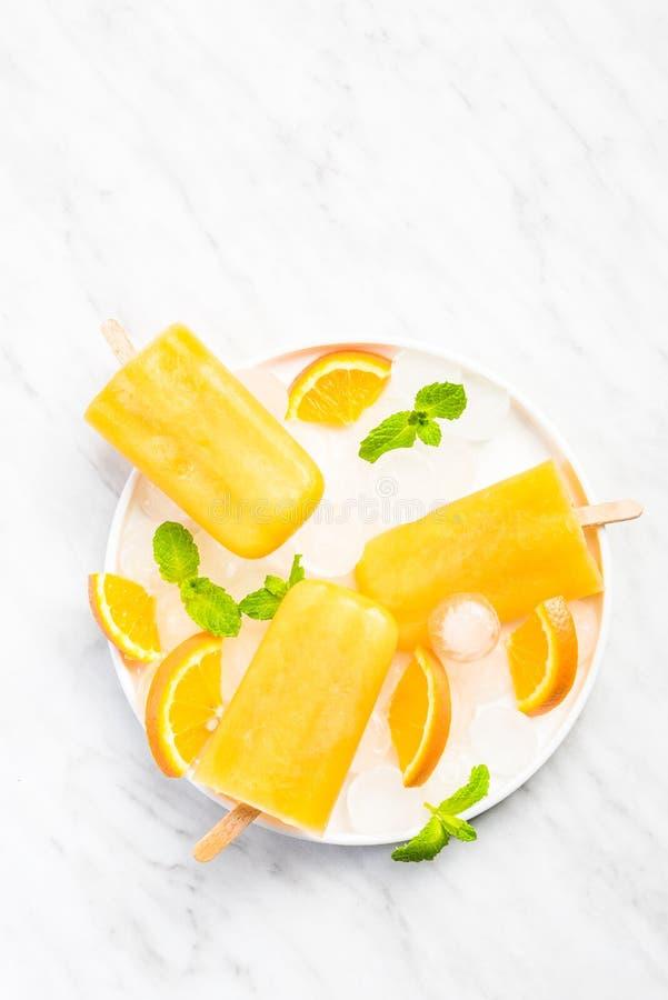Glaces à l'eau régénératrices naturelles de jus d'orange photos libres de droits