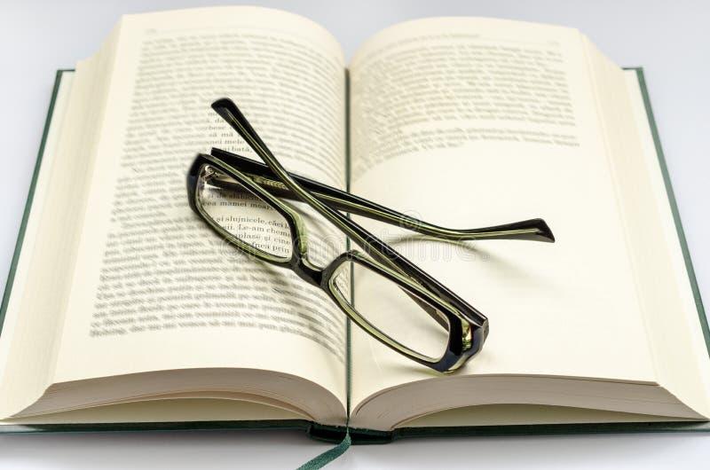Glaces au-dessus de livre images libres de droits