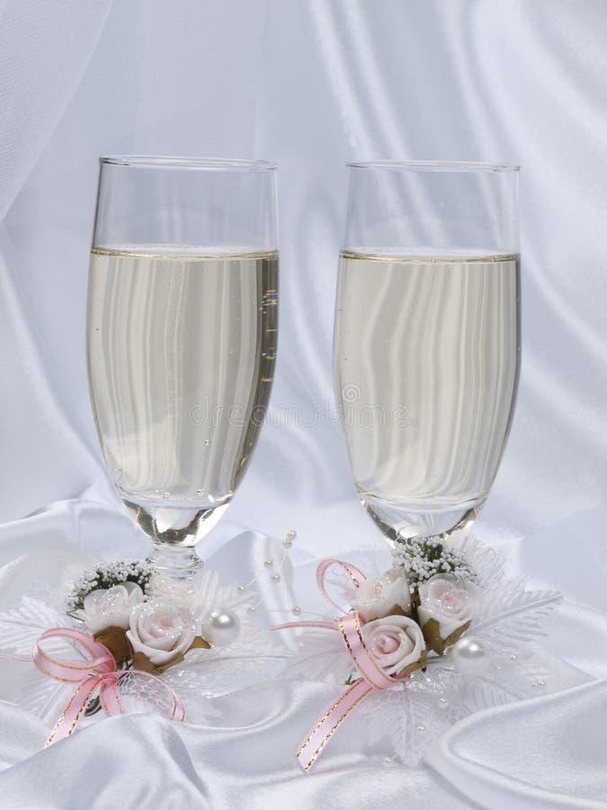 Glaces avec le champagne et les boutonnières de mariages photo libre de droits