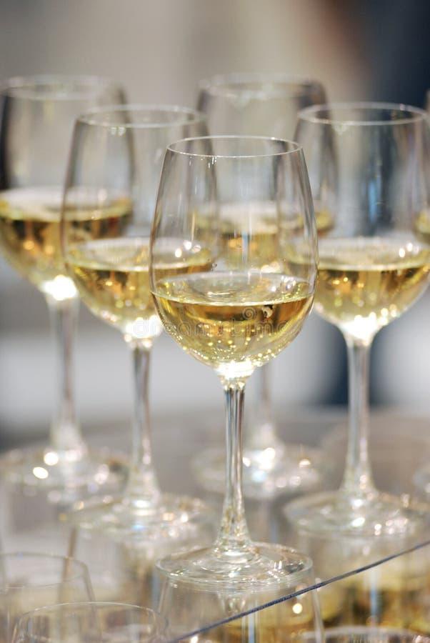 Glaces de vin blanc sur la table image stock