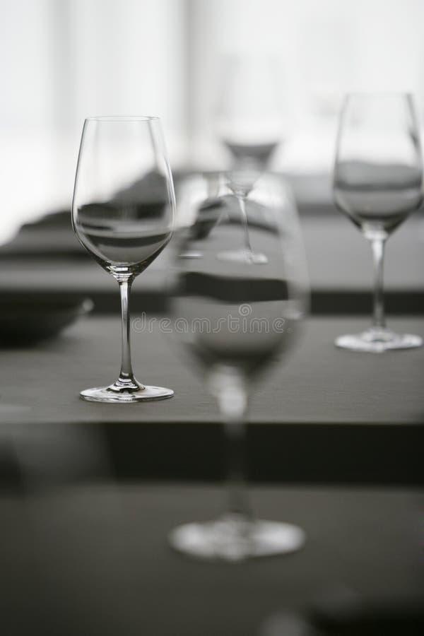 Glaces de vin dans le restaurant photo stock